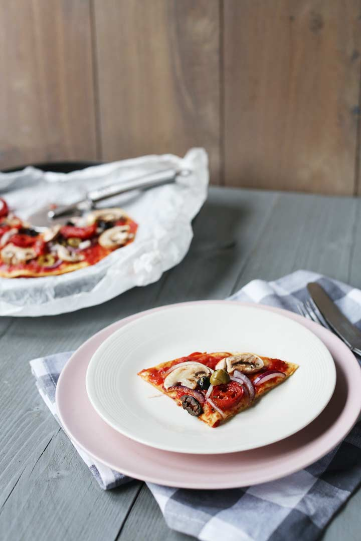 This tortilla pizza recipe is vegan and a great dinner recipe with tortilla and lots of vegetables #thetortillachannel #tortillapizza #tortillapizzarecipe #vegantortillapizza #veganpizza