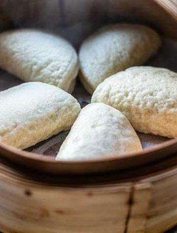 Chinese steamed buns are a must with spicy pork. Eat this Dim Sum as an appetizer or an afternoon snack. Visit thetortillachannel.com for the full recipe and video. #thetortillachannel #chinesesteamedbuns #steamedbuns #chinesebuns #dimsum