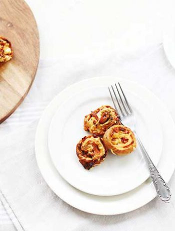 Tapenade prosciutto pinwheels. An easy snack made with puff pastry, tapenade and prosciutto.