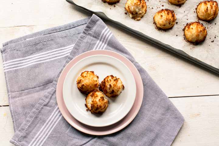 Vegan coconut macaroons with aquafaba. You will not miss egg in this recipe. Visit thetortillachannel.com for the recipe and (video) instructions.