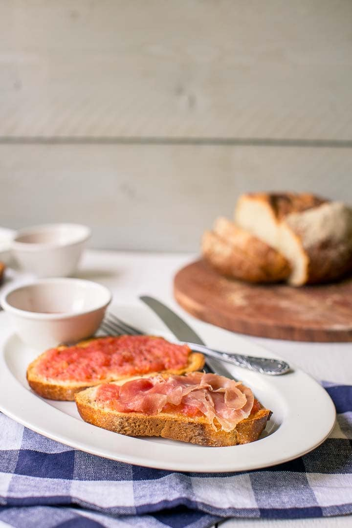 Authentic pan con tomate and optional serrano ham recipe in 10 minutes Ingredients bread, tomato, olive oil, salt and pepper, serrano Simple Spanish breakfast or lunch recipe