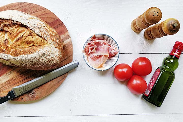 Super easy authentic pan con tomate recipe in 10 minutes Ingredients bread, tomato, olive oil, salt and pepper, serrano Simple Spanish breakfast or lunch recipe