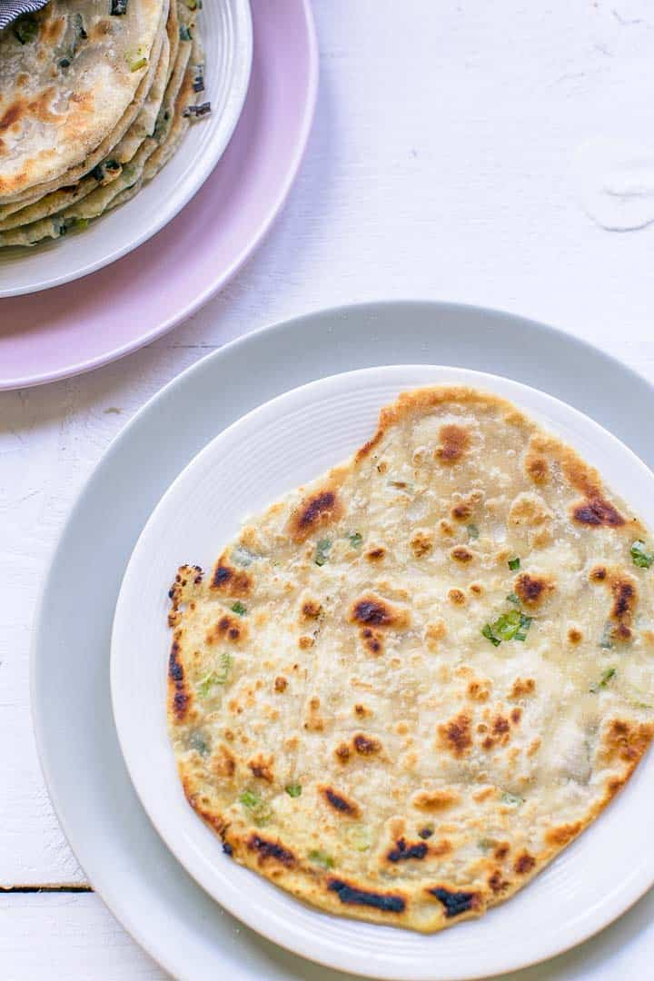 The best Chinese scallion pancakes with just 5 ingredients. Vegan pancakes. Visit thetortillachannel.com #scallionpancake #chinesepancake #chinesescallionpancake #pancake #congyoubing