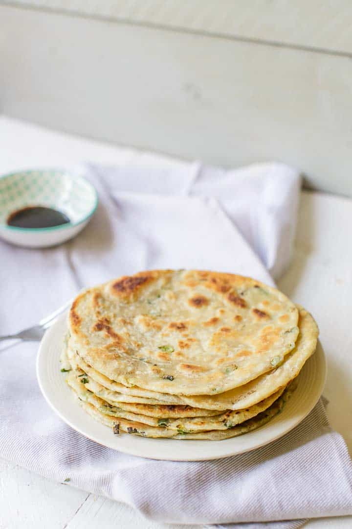 The best vegan Chinese scallion pancakes with just 5 ingredients. A vegan recipe. #scallionpancake #chinesepancake #chinesescallionpancake #pancake #congyoubing
