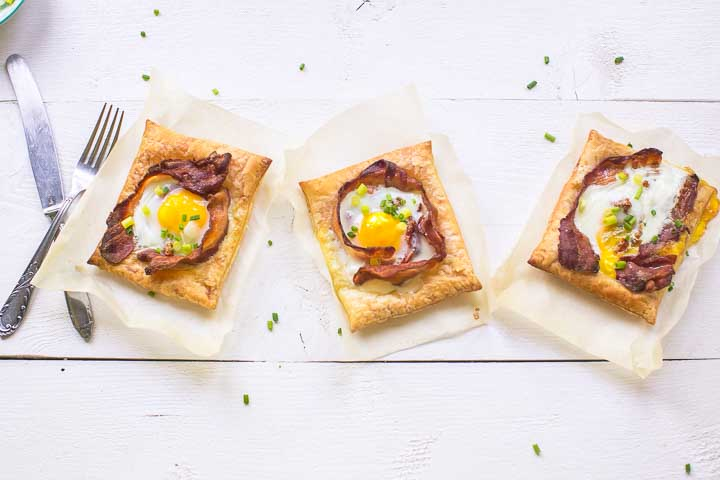 Amazing puff pastry egg tarts in the world ready in just 20 minutes with lots of options. Want to make this breakfast or lunch recipe visit thetortillachannel.com #baconandeggs #puffpastry #puffpastryeggtarts #eggtarts #breakfasteggtarts