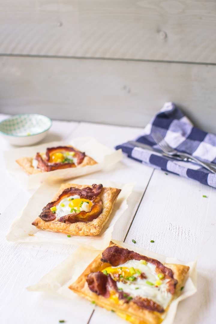 The most amazing puff pastry egg tarts in the world ready in just 20 minutes with lots of options. Want to make this breakfast or lunch recipe visit thetortillachannel.com #baconandeggs #puffpastry #puffpastryeggtarts #eggtarts #breakfasteggtarts