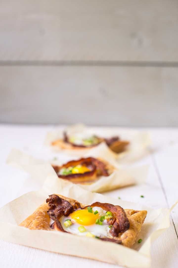 Puff pastry egg tarts in the world ready in just 20 minutes with lots of options. Want to make this breakfast or lunch recipe visit thetortillachannel.com #baconandeggs #puffpastry #puffpastryeggtarts #eggtarts #breakfasteggtarts