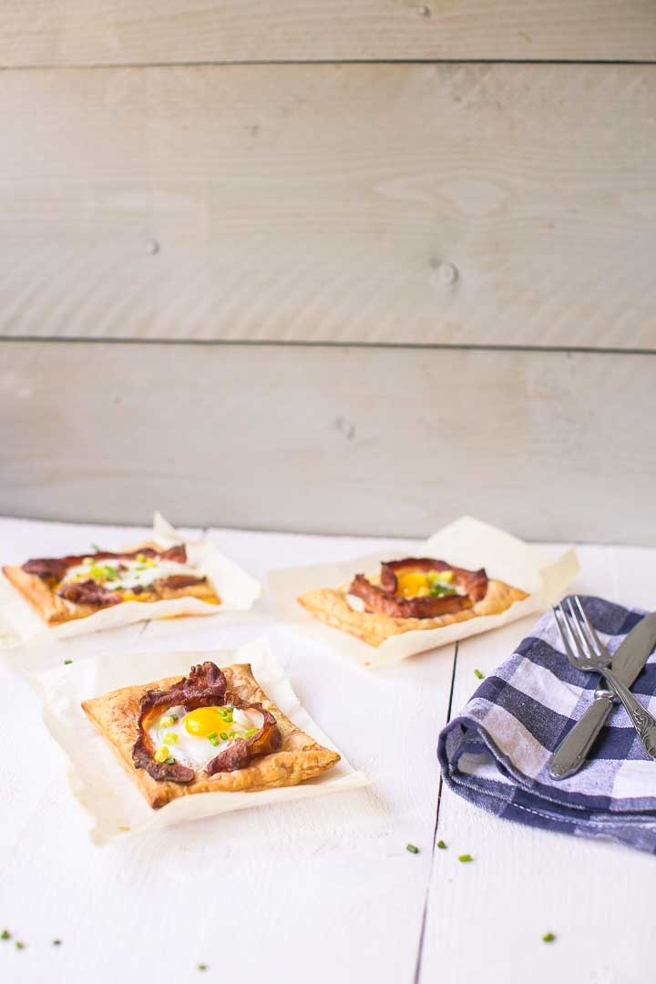 The worlds most amazing puff pastry egg tarts, ready in just 20 minutes with lots of options. Want to make this breakfast or lunch recipe visit thetortillachannel.com #baconandeggs #puffpastry #puffpastryeggtarts #eggtarts #breakfasteggtarts