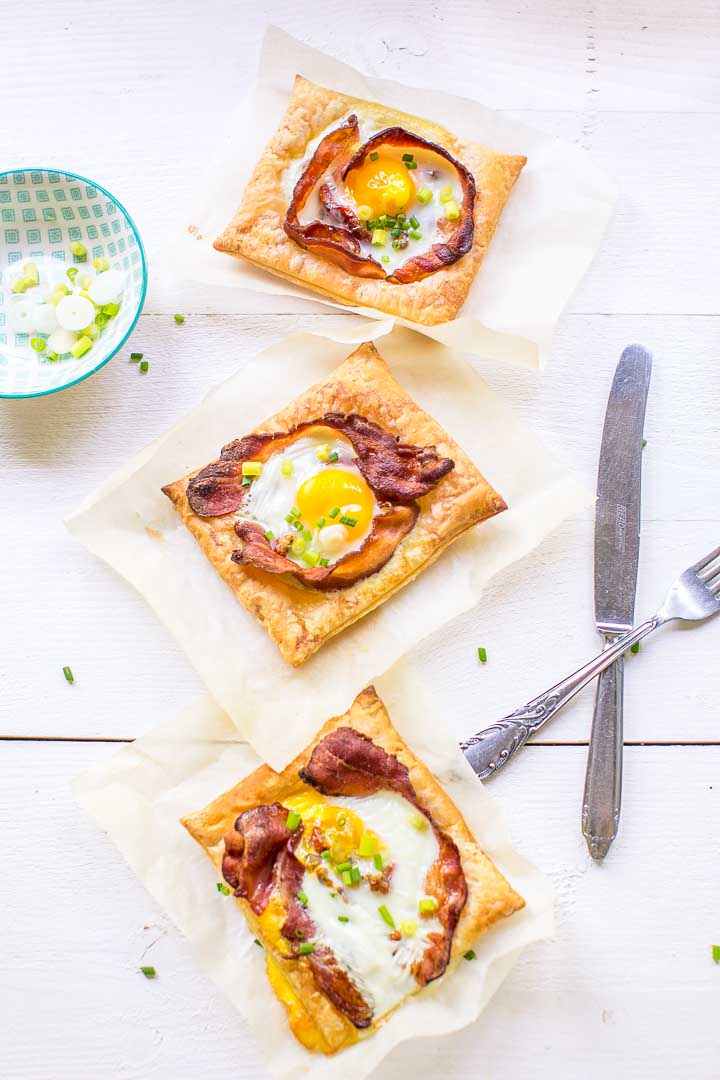 Three amazing puff pastry egg tarts ready in just 20 minutes with lots of options. Want to make this breakfast or lunch recipe visit thetortillachannel.com #baconandeggs #puffpastry #puffpastryeggtarts #eggtarts #breakfasteggtarts