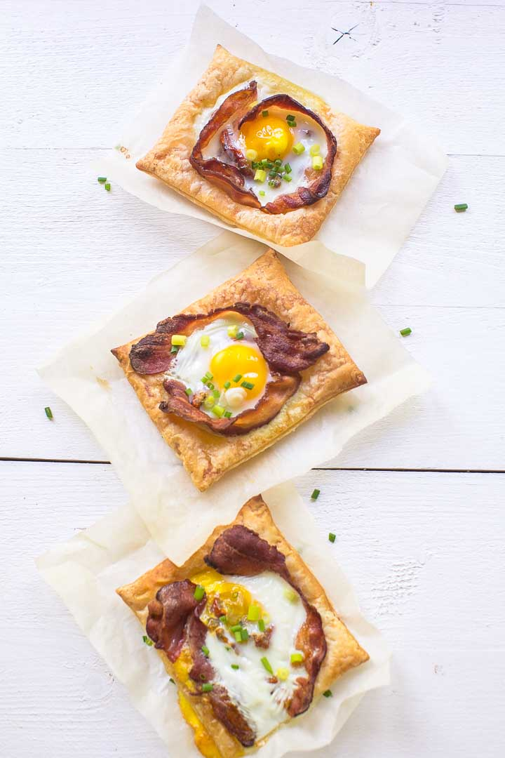 Puff pastry bacon and egg tarts, ready in just 20 minutes with lots of options. Want to make this breakfast or lunch recipe visit thetortillachannel.com #baconandeggs #puffpastry #puffpastryeggtarts #eggtarts #breakfasteggtarts