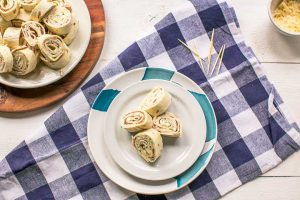 How to make easy turkey ranch tortilla pinwheels. Want to make these visit thetortillachannel.com #pinwheels #tortillapinwheels #creamcheesepinwheels #turkeybaconpinwheels #pinwheelssnack