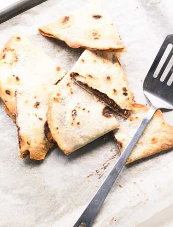 Sweet banana Nutella quesadillas with banana, raspberry and Nutella. Want to make these visit thetortillachannel.com #quesadillas #sweetquesadillas #nutellabananaquesadilla #nutellarecipe