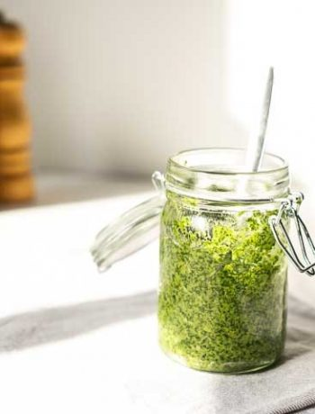 Vegan arugula pesto is a great condiment to use in your dinner recipes, on bread, on toast, on pizza. #thetortillachannel #veganpesto #homemadepesto #arugulapesto #rucolapesto