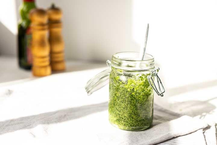 Vegan arugula pesto is a great condiment to use in your dinner recipes, on bread, on toast, on pizza. #thetortillachannel #veganpesto #homemadepesto #arugulapesto #rucolapesto