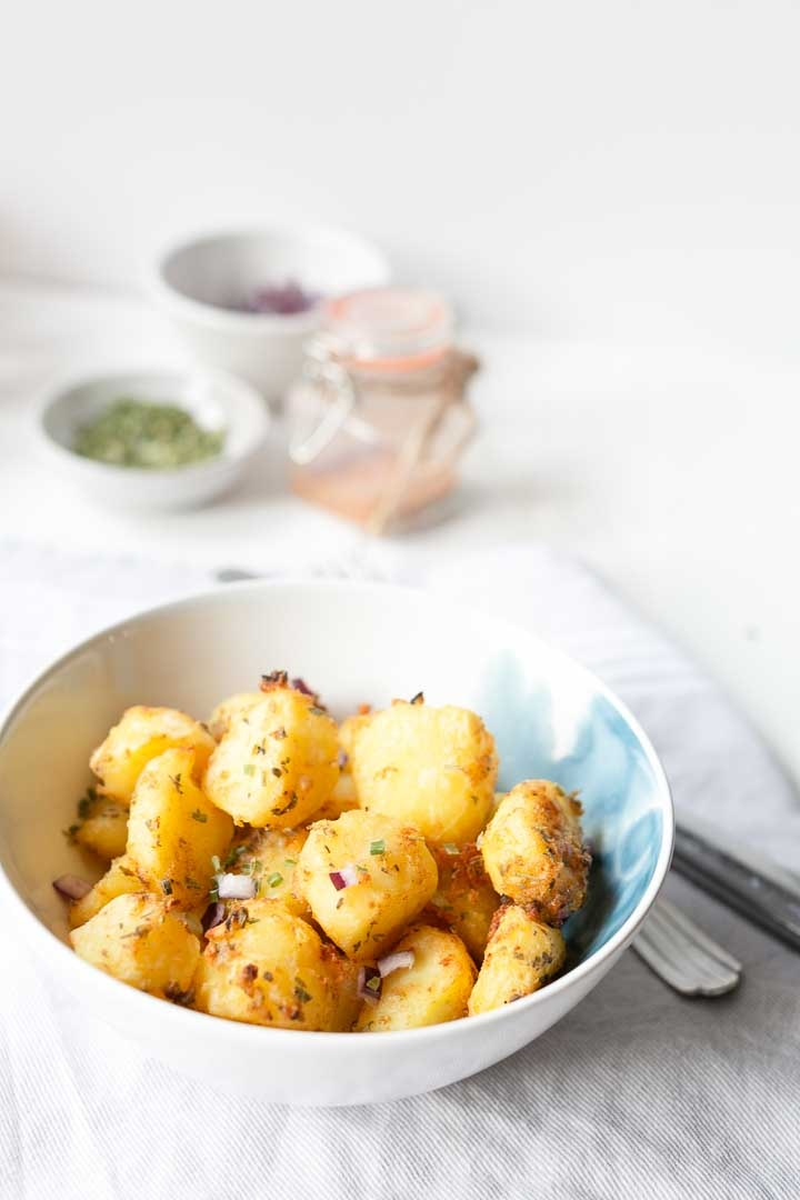 Mexican potatoes are the perfect side dish for dinner or as a tapas with some salsa. These Mexican potatoes are a bit spicy and crunchy #mexicanpotatoes #sidedish #thetortillachannel #potatosnack