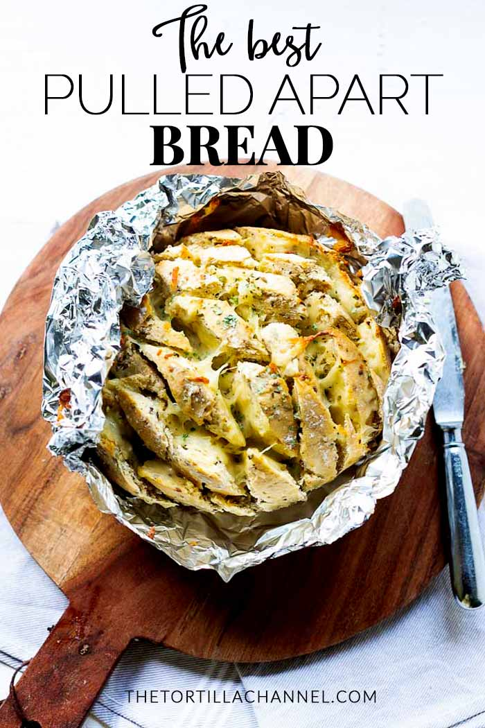 Great for lunch this pull apart bread that you can also eat as an appetizer. Cut in diamant crack bread and stuff with your favorite cheese. This cheesy garlic bread is easy to make an the ultimate party bread. #thetortillachannel #crackbread #pullapartbread #cheesegarlicbread #cheasybread