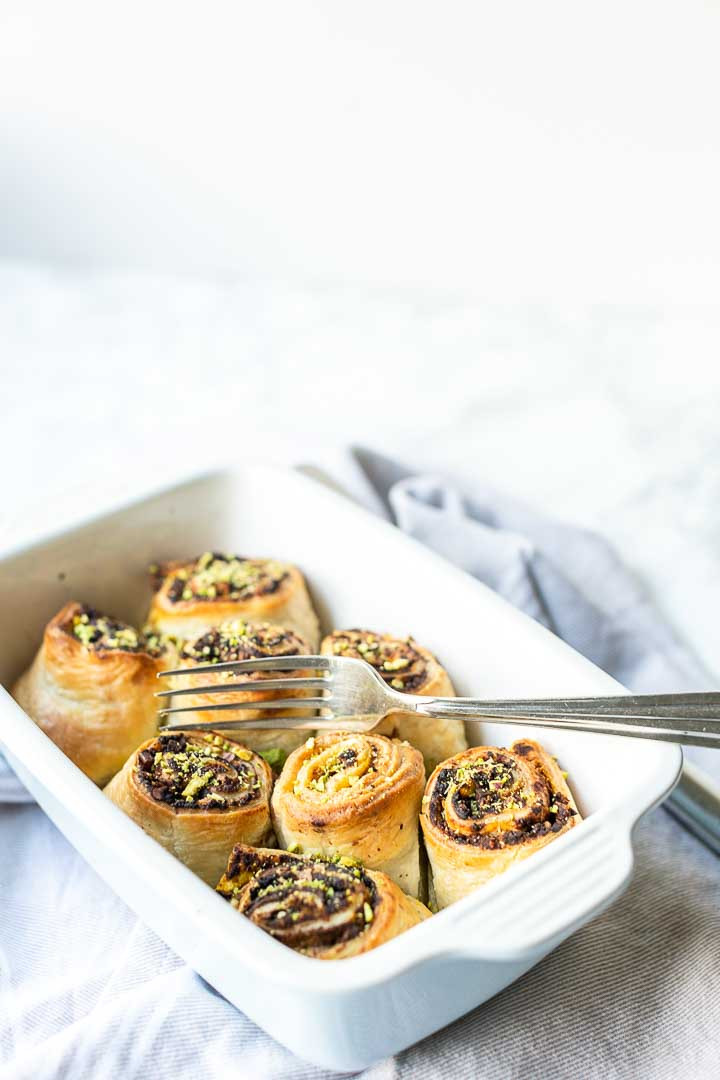 Puff pastry pumpkin cinnamon rolls with cacao powder, pecan and pistachio nuts. Easy sweet baking recipe #thetortillachannel #cinnamonrolls #pumpkincinnamonrolls #pumpkinrolls #cacaopowder
