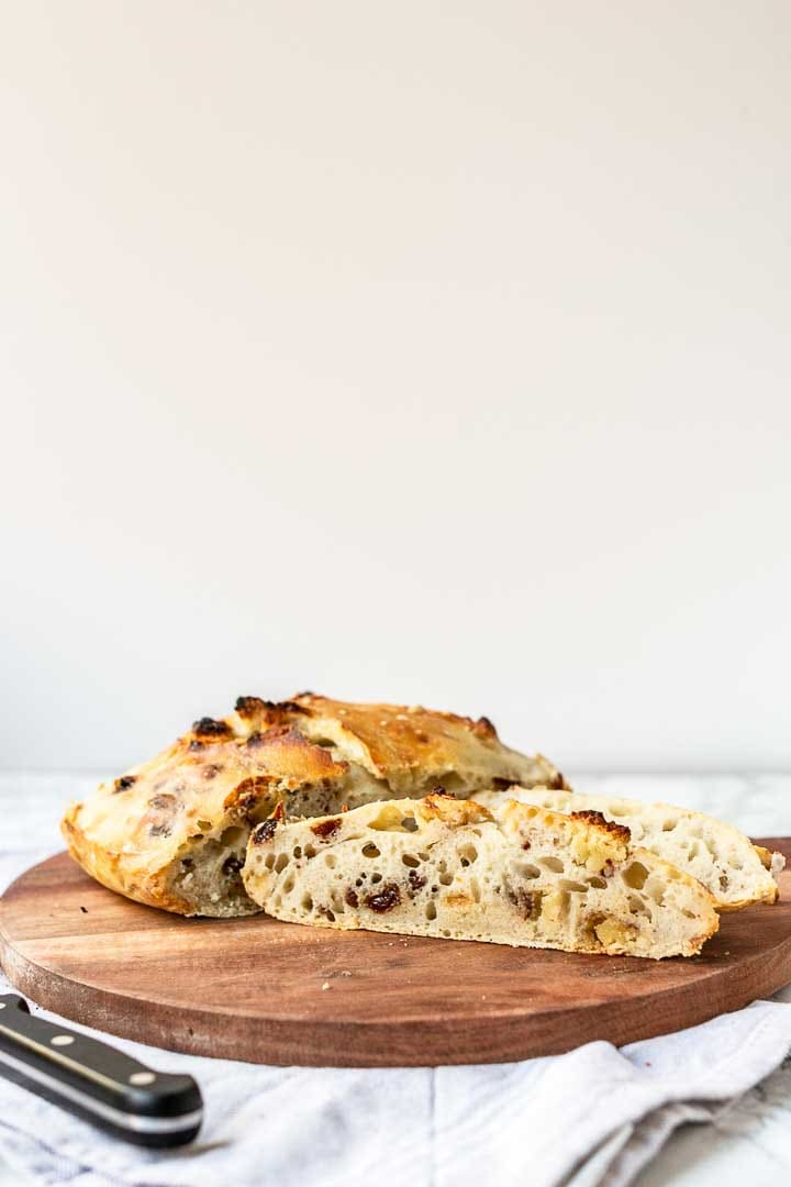 Cinnamon raisin bread with almond paste is the best sweet bread. Great for breakfast. Visit thetortillachannel.com for the full recipe #thetortillachannel #cinnamonraisinbread #sweetbread #cinnamonraisin #nokneadbread #nokneadbreadrecipe