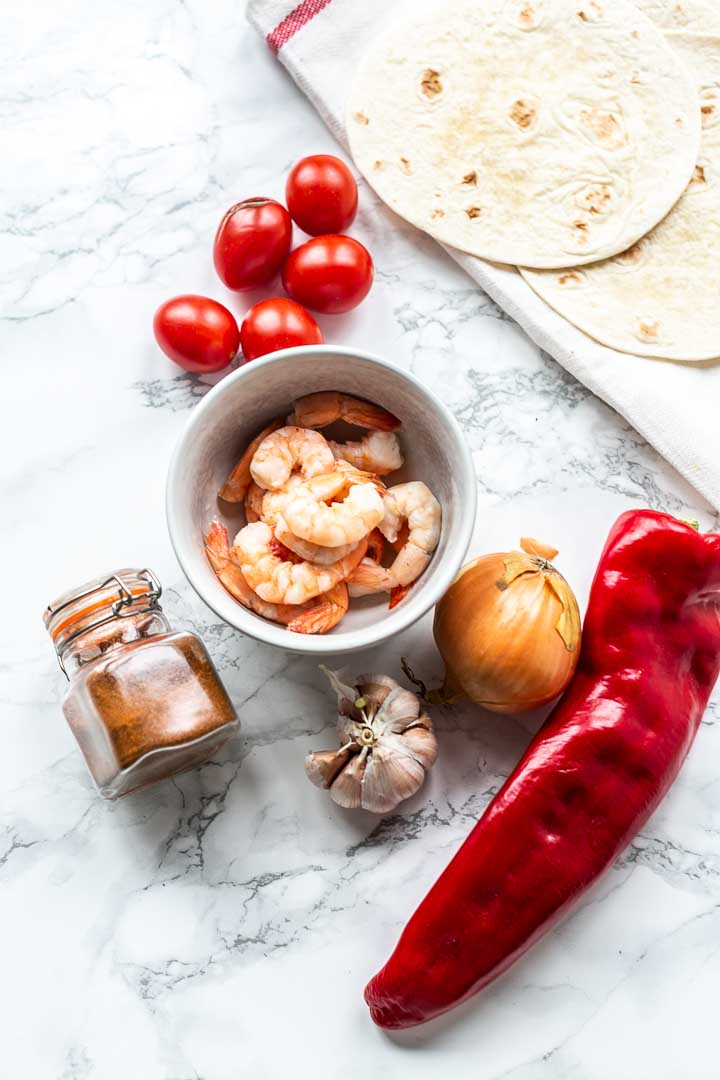 How to make the best shrimp fajitas. This dinner recipe is simple, easy and fast. Super tasty Mexican dinner seasoned with fajitas seasoning. Visit thetortillachannel.com for the full recipe #thetortillachannel #shrimpfajitas #fajita #easyfajitasrecipe #shrimpfajitasrecipe