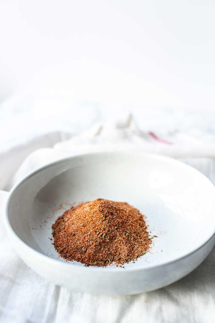 Cajun seasoning is easy to make, cheap and super tasty. To season all of your veggies, fish, pork and beef recipes. An easy spice blend to make at home. Visit thetortillachannel.com for the full recipe. #thetortillachannel #cajunseasoning #cajunspiceblend #spicemix #seasoning #easycajunmix