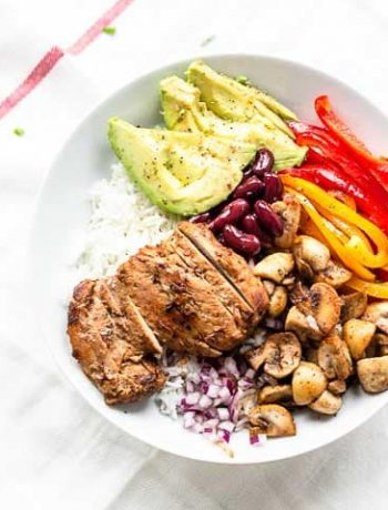 Looking for an easy and delicious chicken burrito bowl recipe? Take a look at this great dinner recipe with Mexican chicken and vegetables. Visit thetortillachannel.com for the full recipe. #thetortillachannel #burritobowl #chickenburrito #chickenburritobowl