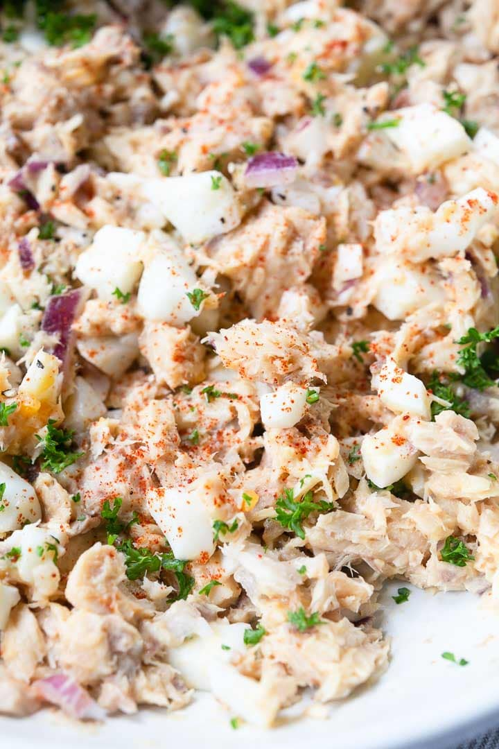 Looking for the best salmon salad recipe that you can serve with lunch or your next party? Take a look at this easy, fast and simple recipe. This salmon salad is done in no time and super tasty. Visit thetortillachannel.com #thetortillachannel #salmonsalad #easysalad #salmon #lunchrecipe #partyfood