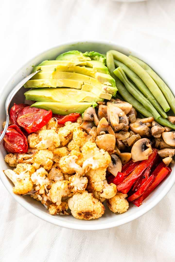 How to make a burrito bowl? This is an easy recipe with lots of vegetables like roasted cauliflower, avocado, green beans. Visit thetortillachannel.com for the full recipe. #thetortillachannel #burrito #burritorecipe #burritobowl #burritobowlrecipe