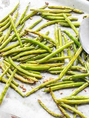 Looking for the perfect side dish? Try these parmesan garlic green beans. Oven roasted and done in no time. Visit thetortillachannel.com for the full recipe. #thetortillachannel #sidedish #garlicgreenbeans #sidedishrecipe #parmesangreenbeans