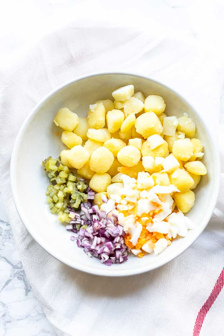 Looking for an easy creamy potato salad? Take a look at this tasty potato salad recipe. Visit thetortillachannel.com for the full recipe #thetortillachannel #potatosalad #potatosaladrecipe #salad #creamysalad #saladrecipe
