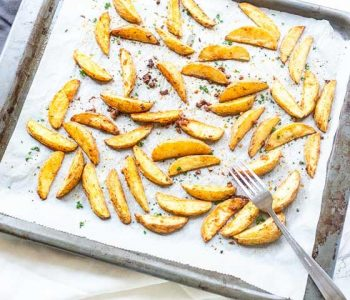 The best side dish crispy baked potato wedges. No parboiling required only oven time. Visit thetortillachannel.com for the full recipe. #thetortillachannel #potatowedges #crispypotatowedges #potatowedgesrecipe #potatorecipe
