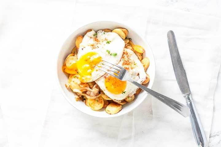 Spanish huevos rotos is broken egg recipe. Tapas, snack, appetizer you can eat it when ever you want. So tasty. Visit thetortillachannel.com for the full recipe #tapas #huevosrotos #brokeneggs #tapasrecipe
