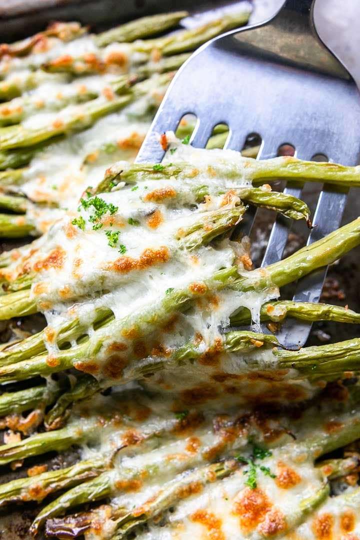 Cheesy green beans with parmesan and mozzarella cheese. An easy oven roasted vegetables recipe. A great side dish. Visit thetortillachannel.com for the full recipe #thetortillachannel #cheesygreenbeans #greenbeans #vegetablerecipe #greenbeanrecipe