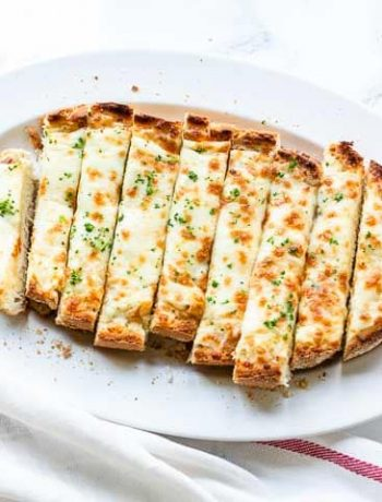 Cheesy garlic bread made with garlic butter, parmesan and mozzarella ?. Visit thetortillachannel.com for the full recipe ? #thetortillachannel #garlicbread #cheesygarlicbread #cheesybread #garlicbreadrecipe