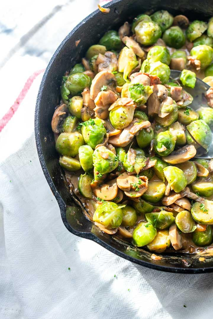 Creamy cheesy Brussels sprouts with garlic and bacon. Amazing vegetable recipe visit thetortillachannel.com for the full recipe. #thetortillachannel #Brusselssprouts #creamybrusselssprouts #brusselssproutsbacon #cheesybrusselssprouts