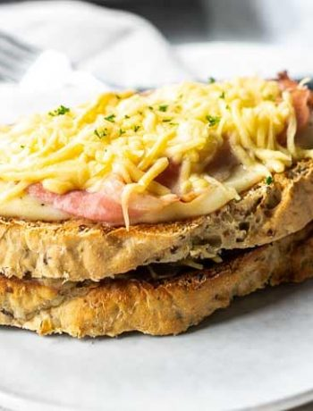 The best croque monsieur recipe. The French version of a grilled ham and cheese sandwich topped with bechamel. Visit thetortillachannel.com for the full recipe. #thetortillachannel #croquemonsieur #croquemonsieurrecipe #grilledhamcheesesandwich #tosti #toast #toastie