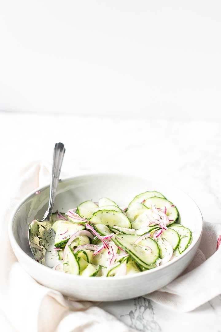 How to make cucumber salad take a look at this easy cucumber salad recipe. Visit thetortillachannel.com for the full recipe. #thetortillachannel #cucumbersalad #howtomakecucumbersalad #easycucumbersalad #salad