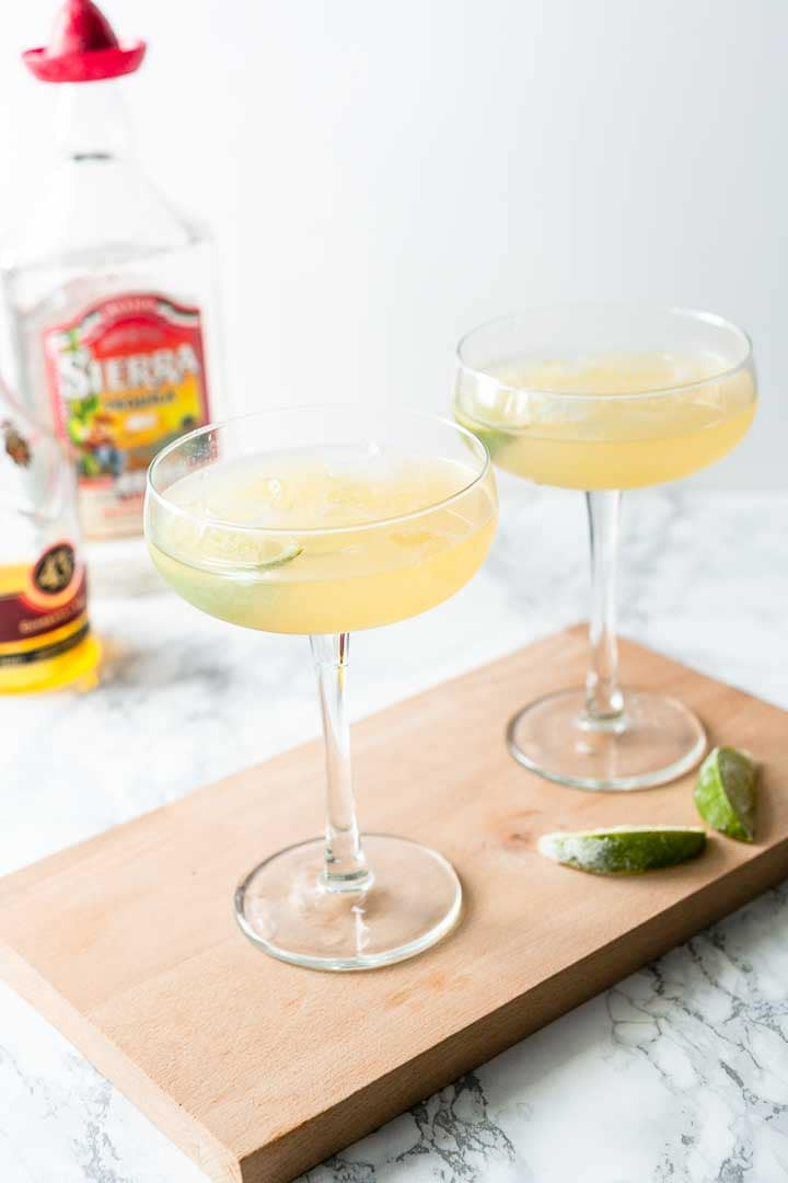 How to make a Margarita cocktail. Easy only 5 ingredients done in no time. Visit thetortillachannel.com for the full recipe. #thetortillachannel #margarita #margaritacocktail #cocktail #mix #cocktailrecipe #margaritarecipe