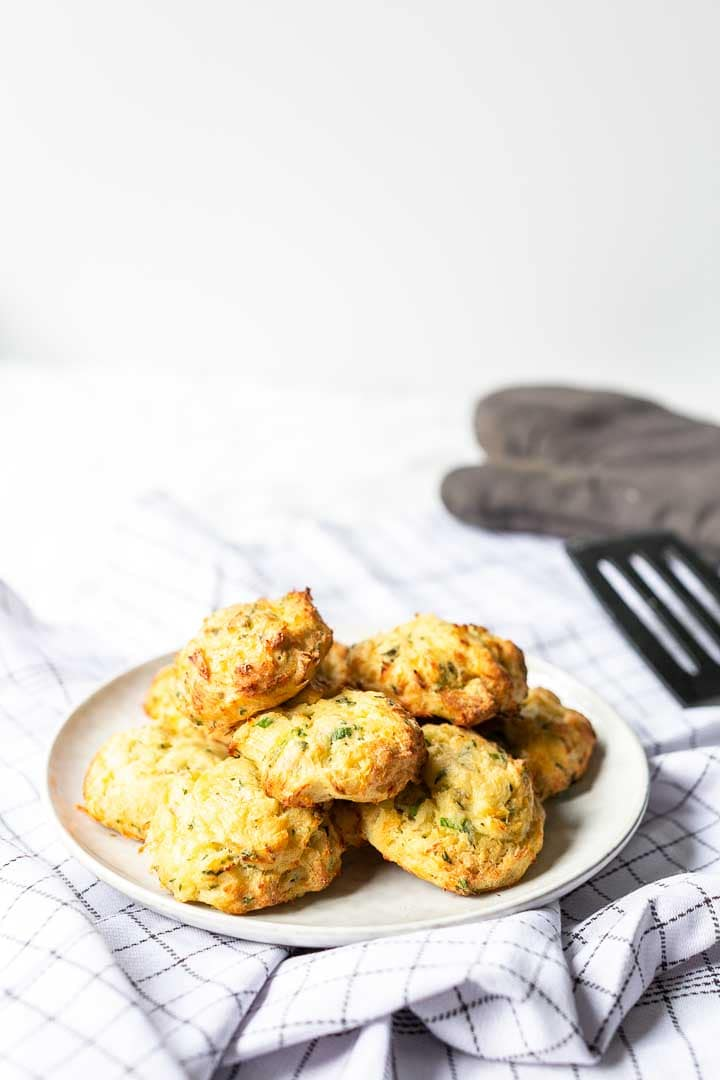 How to make these delicious Spanish cod fritters tapas? A faster version than the salt cod fritters. Easy to make tapas or snack. Visit thetortillachannel.com for the full recipe. #thetortillachannel #tapas #spanishcodfritters #saltcodfritters #fishtapas