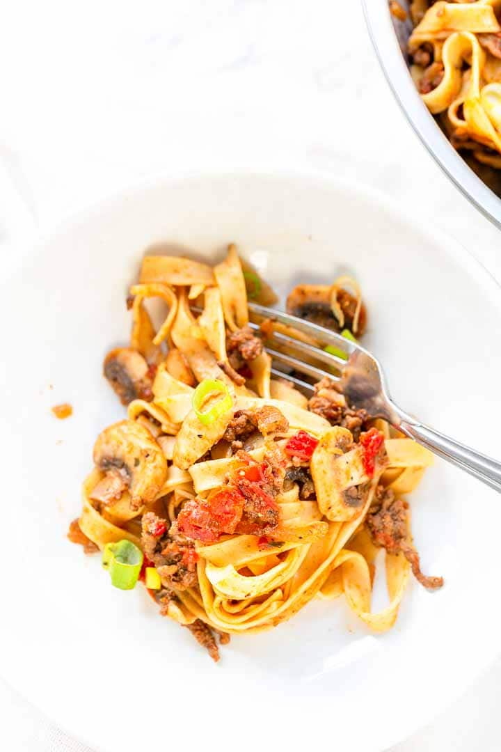 Looking for an easy taco spaghetti? Take a look at this pasta recipe. Easy to make, tasty and super easy. Visit thetortillachannel.com for the full recipe #thetortillachannel #pasta #tacospaghetti #dinner #pastadinner #tagliatelle