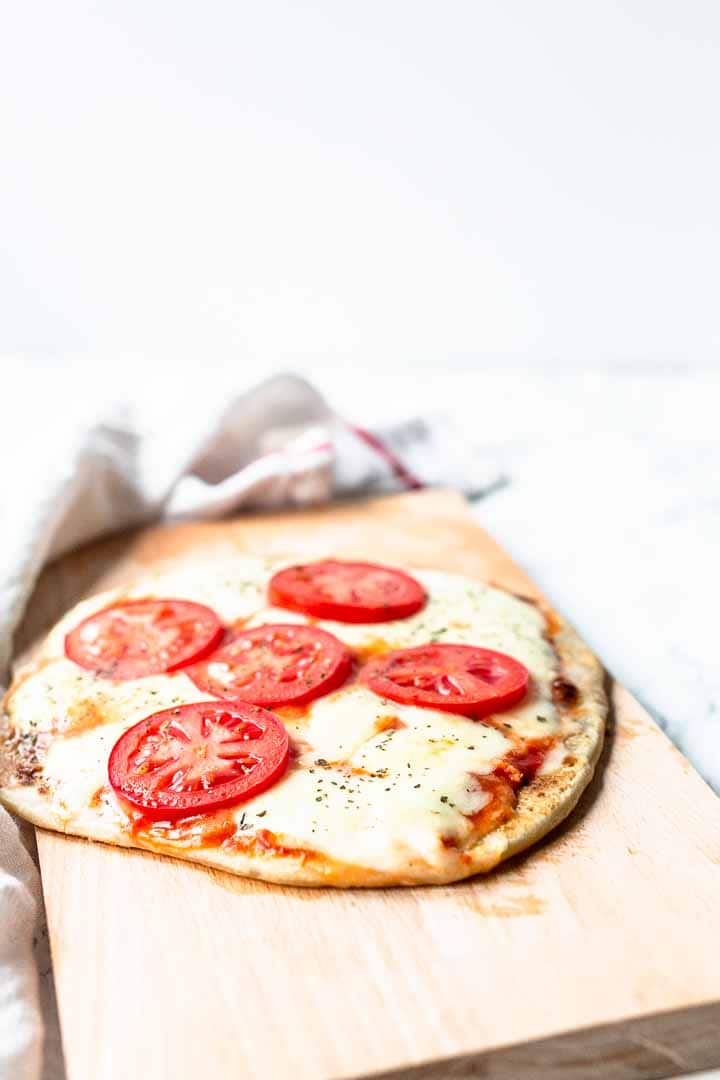 Margherita flatbread pizza is tasty, easy to make and a great dinner. Done in no time made with the best flatbreads ever. Visit thetortillachannel.com for this easy recipe #thetortillachannel #margheritaflatbreadpizza #flatbreadpizza #pizza